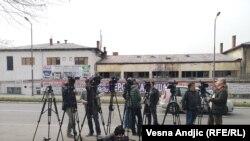 Serbiyada jurnalistlər məhkəmə binası qarşısında