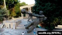 Памятник игрокам футбольной команды «Пахтакор», погибшим в авиакатастрофе 1979 году.