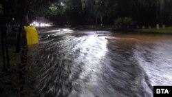 """Дъждът превърна булевард """"Евлоги и Христо Георгиеви"""" в река. Течащата наблизо Перловска река пък излезе от коритото си"""