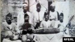 رشيد القندرجي يتوسط قراء المقام وفرقة الجالغي البغدادي