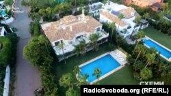 Маєток Петра Порошенка на березі Середземного моря у містечку Аталая-Ісдабе в муніципалітеті Естепона на півдні Іспанії