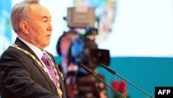 Kazakh President Nursultan Nazarbaev takes the oath of office in Astana on April 8.