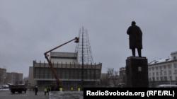 На головній площі окупованого Луганська встановлюють новорічну ялинку