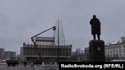 На главной площади Луганска устанавливают новогоднюю елку