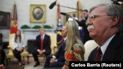 Радник президента США з національної безпеки Джон Болтон (п) слухає Дональда Трампа в Овальному кабінеті Білого дому