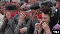 Крымские татары на церемонии вблизи мечети по случаю 70-летия депортации крымских татар при Сталине. Симферополь, 18 мая 2014 года.