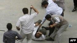 لباس شخصیهای وابسته به نهادهای امنیتی جمهوری اسلامی در حال ضرب و شتم معترضان به نتایج انتخابات ۸۸