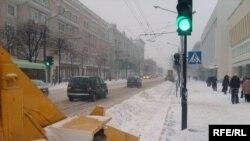 9 гадзіна раніцы. Цэнтральная вуліца Магілёва — Першамайская. Тэхніка прастойвае, бо нестае грузавікоў, каб вывезьці сьнег.