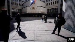 Російський прапор на вході до кримського парламенту, 13 березня 2014 року