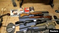 Част от иззетите от полицията оръжия и литература