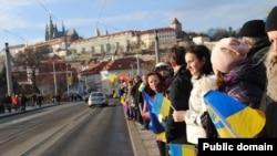 У Празі на підтримку Євромайдану утворили «живий ланцюг»