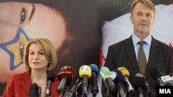 Вицепремиерката за евроинтеграции Теута Арифи и евроамбасадорот Аиво Орав на 14 март 2012 во Скопје.