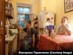 Саша готовит завтрак дома у Екатерины