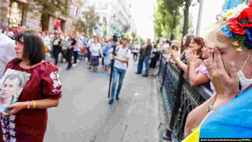 Кияни та гості столиці вишикувалися вздовж маршу. Сльози на очах, а також оплески і подяки лунали в бік ветеранів