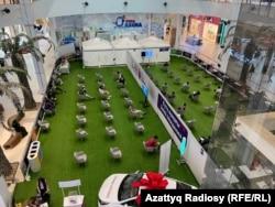 Сауда орталығындағы вакциналау орны. Алматы, 25 шілде 2021 жыл.