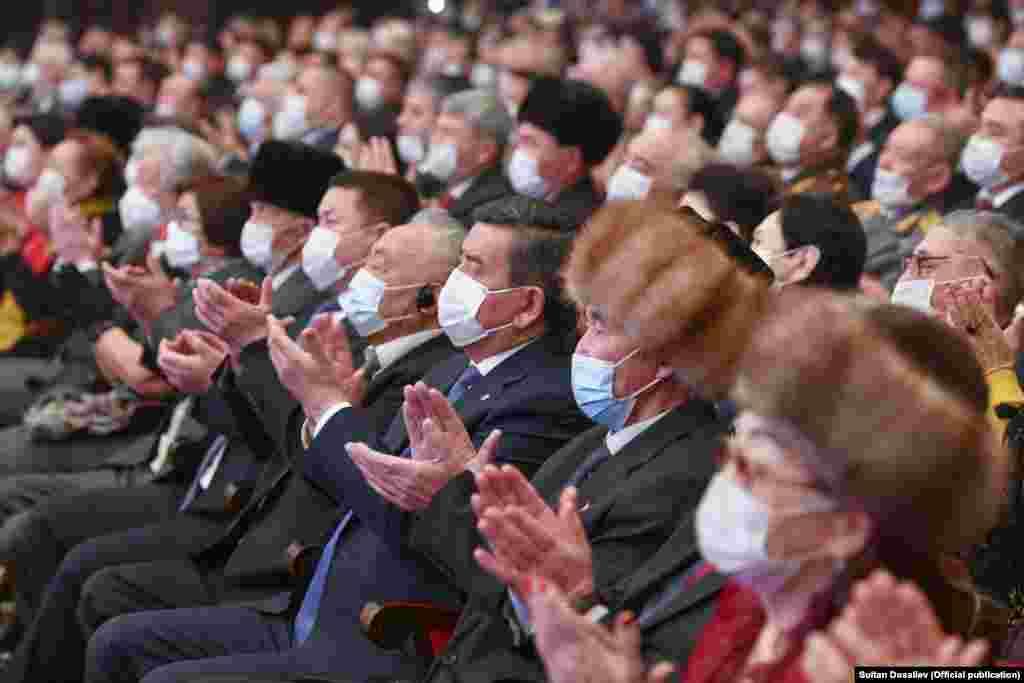 Иш-чарага мурдагы президент Сооронбай Жээнбеков, Жогорку Кеңештин депутаттары, экс-премьер-министрлер, маданият өкүлдөрү катышты.