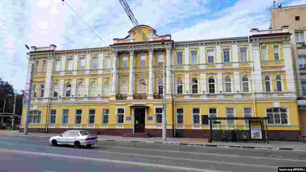Стара будівля біля кільця у якій зараз розташовується підприємство «Чорноморнафтогаз». У далекому 1816 році у сквері, який тоді тут знаходився, був побудований особняк для віцегубернатора. З 1858 року будинок займала Таврійська казенна палата, яка відала скарбницями, спостерігала за надходженням державних прибутків, здійснювала контроль за витратами державних коштів