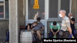 Белград- луѓе кои се можни носители на коронавирус чекаат пред болница да бидат тестирани