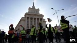 Протестът се премести пред сградата на Министерския съвет.