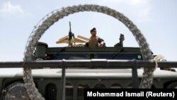 Pripadnik avganistanskih snaga posmatra okruženje iz vozila u donedavno američkoj bazi u Bagramu, 5. jula 2021.
