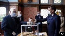 Ֆրանսիայի նախագահ Էմանյուել Մակրոնը մասնակցում է քվեարկությանը, 28 հունիսի, 2020թ.