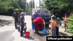 Мэрия города Оша привозит воду на водовозах из-за очередного отключения воды. 8 мая 2021 года.
