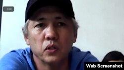 Активист Асхат Жексебаев участвует в суде онлайн из следственного изолятора. Алматы, 3 августа 2021 года