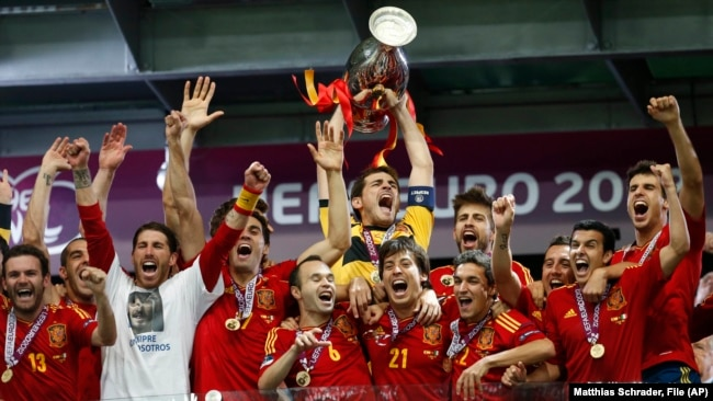 ესპანეთის ნაკრების ფეხბურთელები ზეიმობენ ევროპის ჩემპიონობას. 2012 წელი.