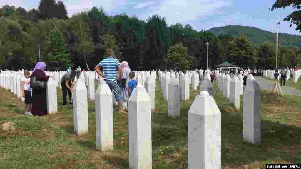 Porodice žrtava srebreničkog genocida pored mezara svojih najmilijih.