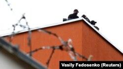 Policija na krovu zatvora gde su privedeni demonstranti, Minsk, 12. avgust 2020