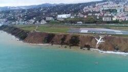 У Туреччині літак з пасажирами під час посадки застряг на краю урвища (відео)