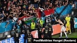 Mađarski navijači i policija na utakmici sa Nemačkom