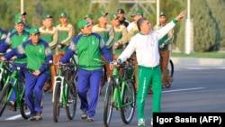 Массовый велопробег при участии тысячи граждан и чиновников возглавил президент Гурбангулы Бердымухамедов, Ашхабад, 3 июня, 2020