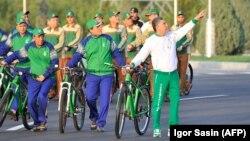 Түркіменстан президенті Гурбангулы Бердімұхамедов (оң жақта) дүниежүзілік велосипед күніне арналған шара кезінде. Ашғабат, 3 маусым 2020 жыл.