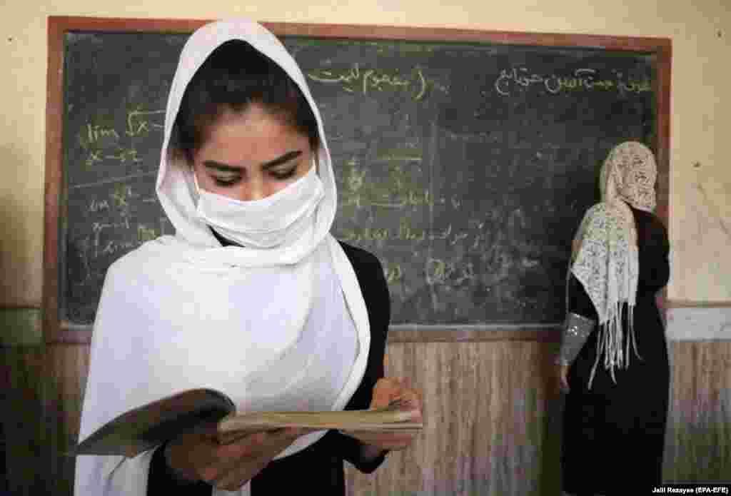 Афганська учениця на уроці в місті Герат. Школи в Афганістані відкрилися 22 серпня, і учні повинні носити маски. Класи вдвічі менші від звичайного кількості дітей– вони розділені на дві зміни