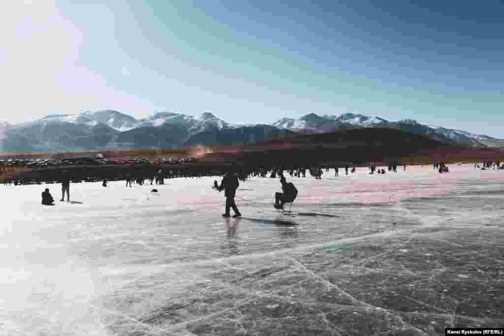 Зимой озеро полностью замерзает.