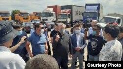 """Казакстандын Өнөр жай жана инфраструктураны өнүктүрүү вице-министри Берик Камалиев жана """"Казавтожол"""" компаниясынын төрагасы Аскар Муратулы айдоочулар менен сүйлөшүп жатышат. Нур-Султан айланма жолу. 30-май, 2021-жыл."""