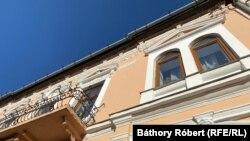 Van olyan lakás, amelyhez erkély is dukál.
