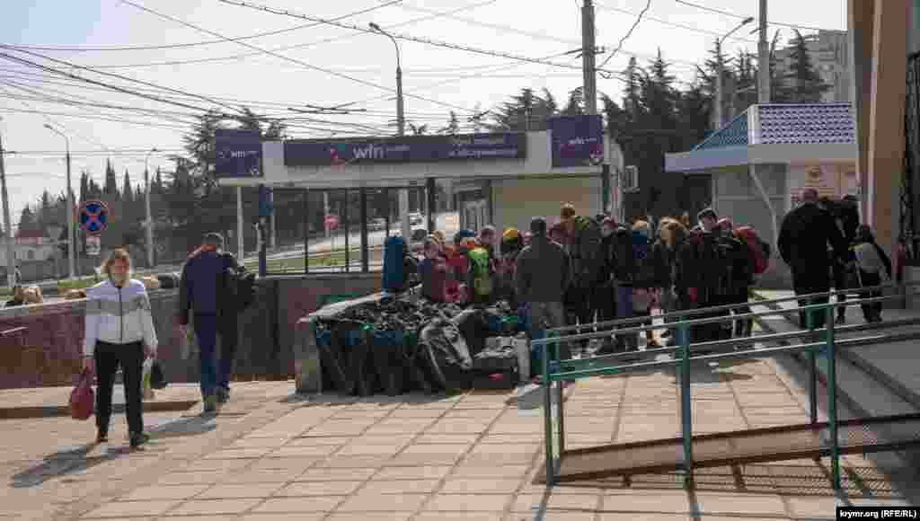 На Алуштинському автовокзалі. Група школярів із Санкт-Петербурга приїхала до Криму зі своїми велосипедами