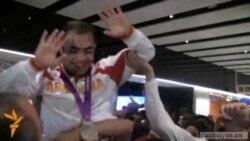 Oդանավակայանում օլիմպիականներին ձեռքերի վրա բարձրացրին