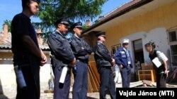 Egy kilakoltatott nő panaszkodik a rendőröknek Sárospatakon 2011-ben (Képünk illusztráció)