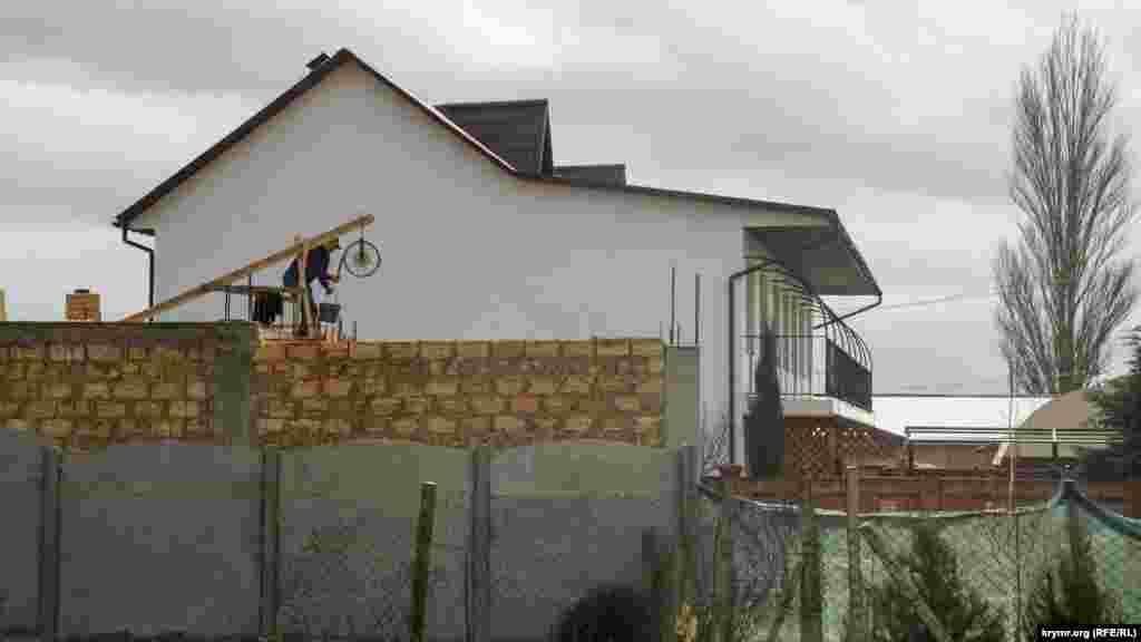 Пансіонати та гостьові будиночки у селі тепер будують подалі від обривистого берега