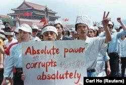 """Jurnaliștii s-au alăturat protestului studenților din 1989. """"Puterea absolută corupe absolut""""."""