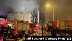 România - Echipele de pompieri au descins la incendiul din strada Cameliei