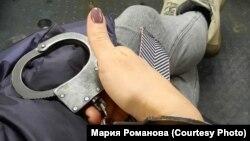 Мария Романова просидела около 13 часов в автозаке. Это фото она отправляла родителям, когда ей позволили воспользоваться телефоном.