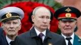 Президент России Владимир Путин на церемонии возложения цветов к Могиле Неизвестного Солдата в Александровском саду 9 мая 2021 г.