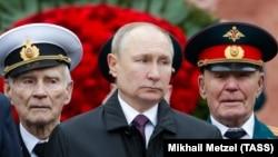 Президент России Владимир Путин на фоне ветеранов войны 9 мая 2021 г.