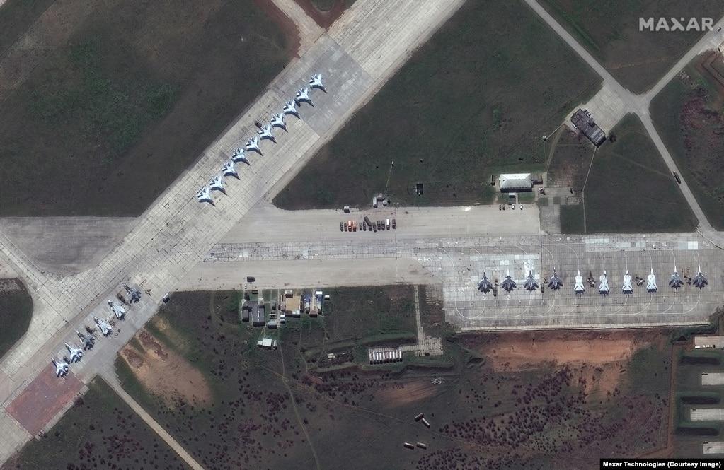 Avionët luftarakë rusë të vendosur në bazën ajrore Saki në Krime.