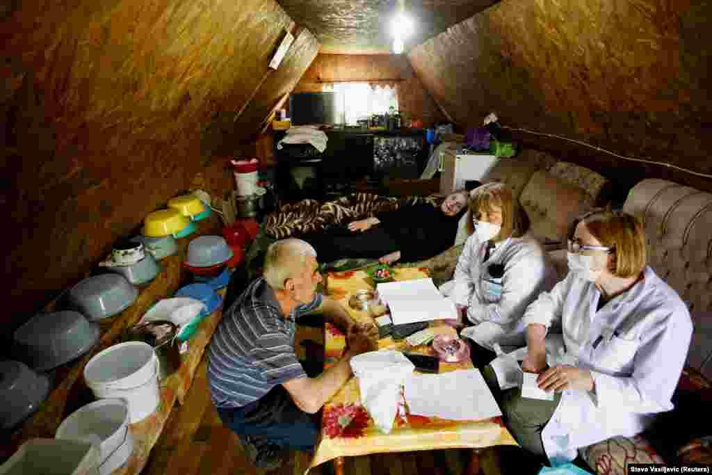 Медпрацівники готують щеплення для літньої пари. Чорногорія отримала близько 42 тисяч доз вакцини Pfizer / BioNTech від Європейського союзу на початку травня