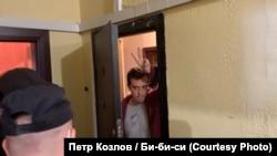 Роман Доброхотов во время обыска у него в квартире. Фото – Петр Козлов, русская служба Би-би-си